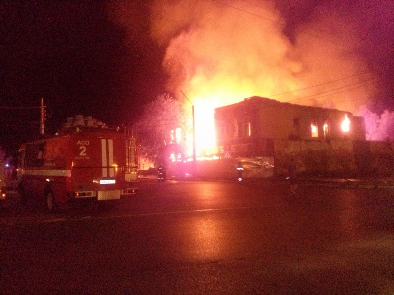 images novosti2 Proisshestviya Pozhar o9k6p2yab24 Крупный пожар уничтожил два старинных здания в Астрахани