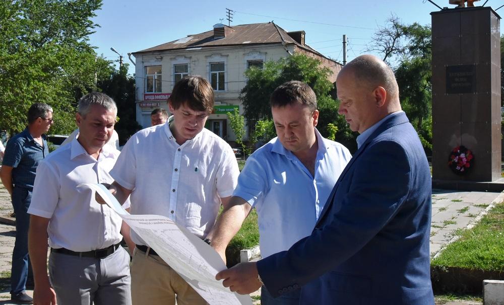 1 108 В Астрахани начали ремонтировать сквер