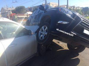 1 34 В Астрахани авария с двумя внедорожниками попала в объектив камеры