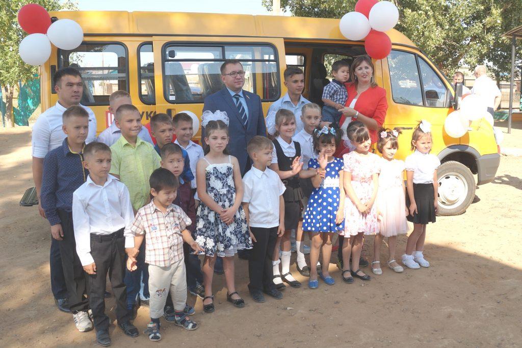 257 Благотворительный фонд «ЛУКОЙЛ» подарил воспитанникам реабилитационного центра «Вера» новый микроавтобус