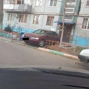 1 3 В Астрахани водитель припарковался у входной двери в подъезд