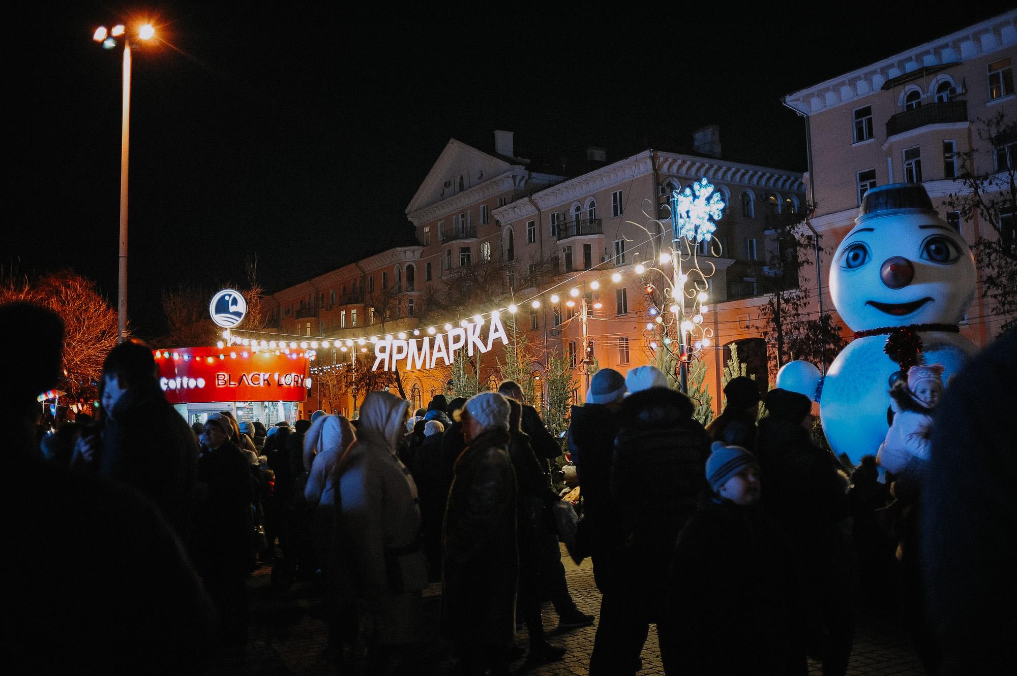 ZZZ 6796 В Астрахани на площади Ленина зажгли новогоднюю елку: кадры торжества