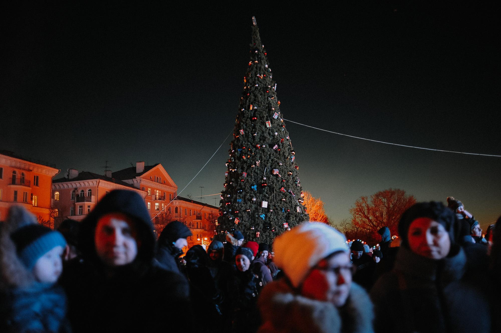 ZZZ 6816 В Астрахани на площади Ленина зажгли новогоднюю елку: кадры торжества