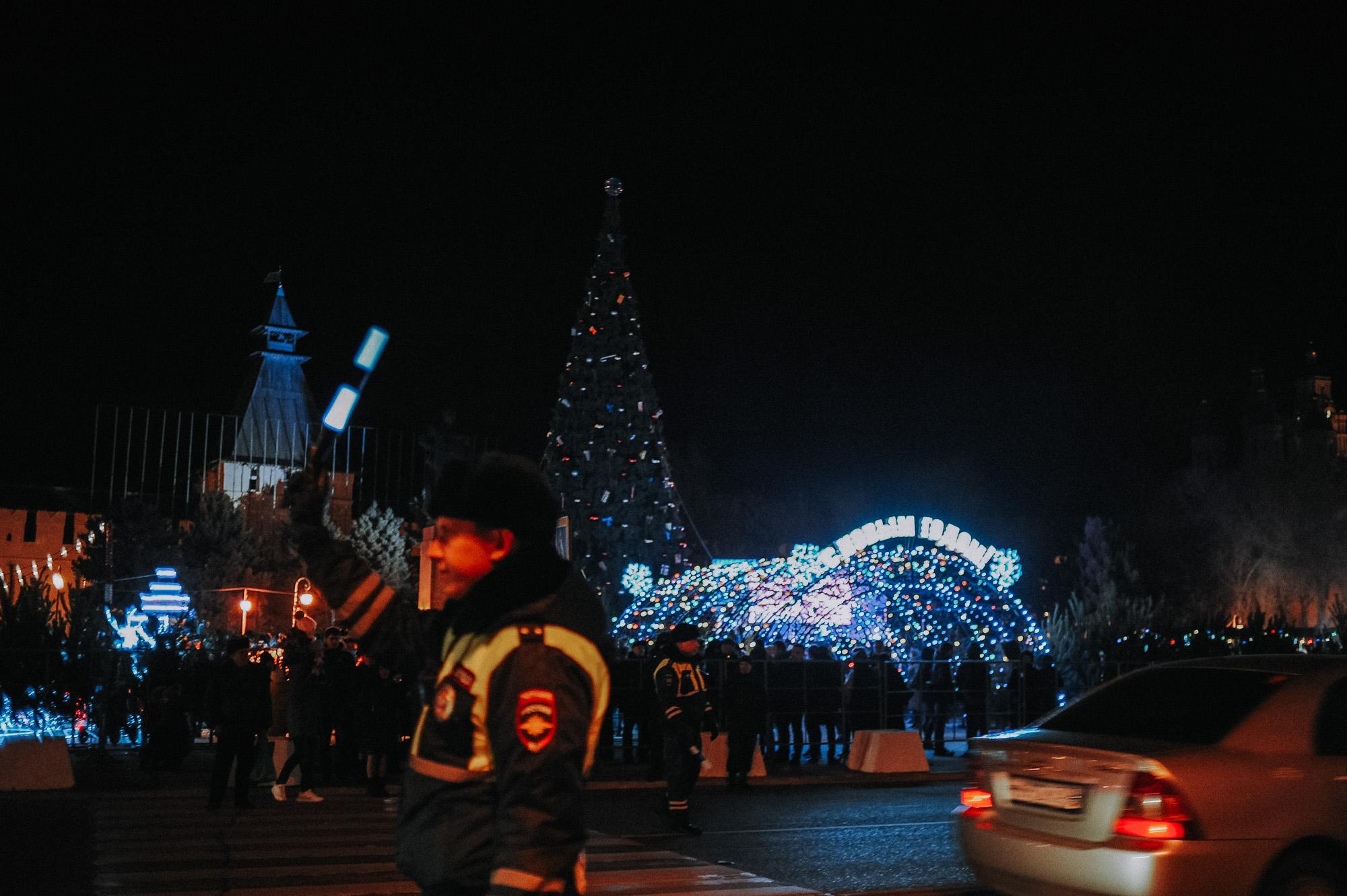 ZZZ 6829 В Астрахани на площади Ленина зажгли новогоднюю елку: кадры торжества