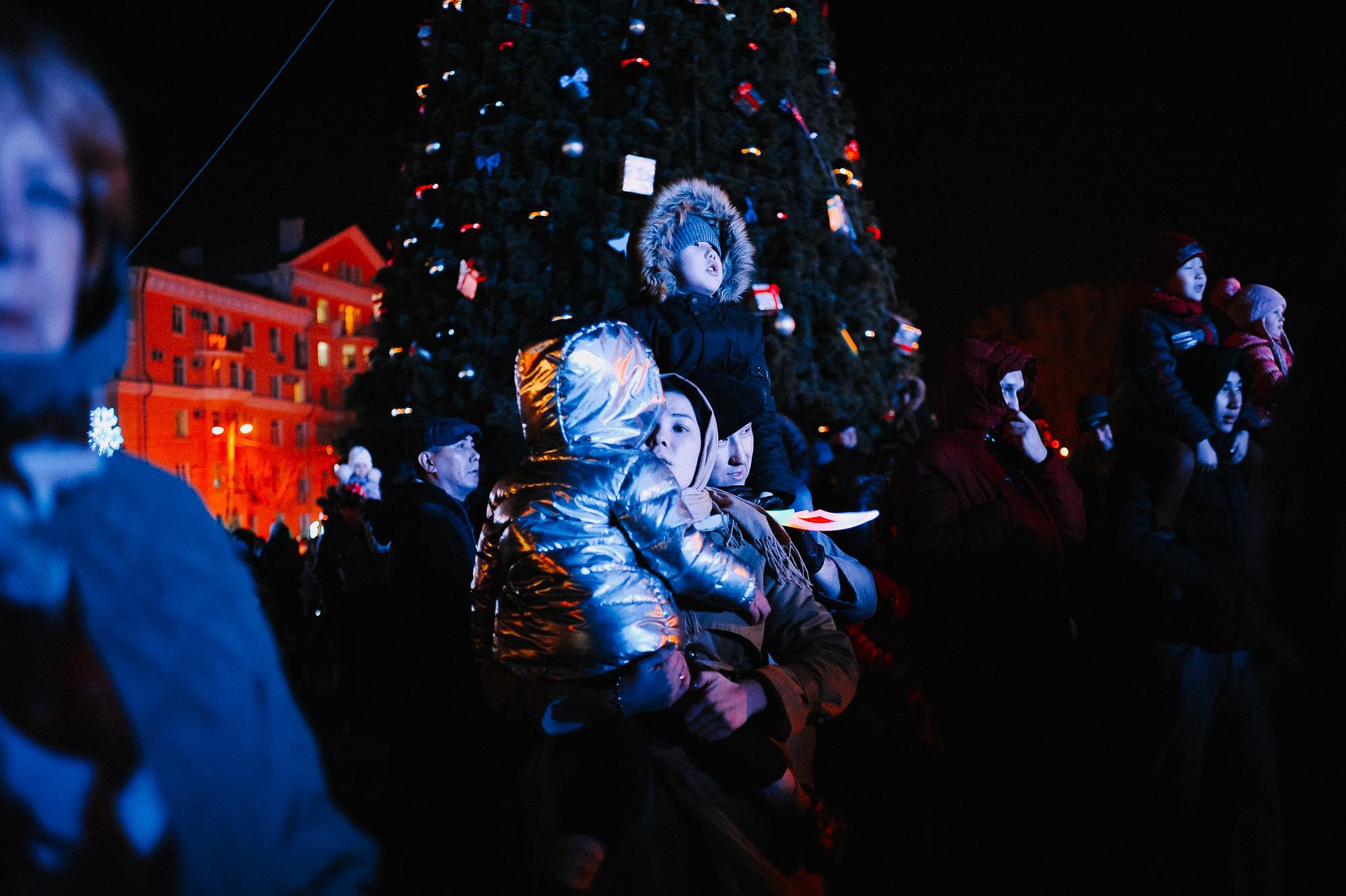ZZZ 6842 В Астрахани на площади Ленина зажгли новогоднюю елку: кадры торжества