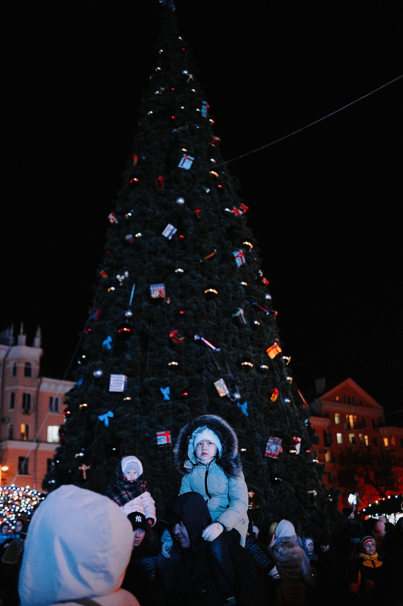 ZZZ 6847 В Астрахани на площади Ленина зажгли новогоднюю елку: кадры торжества
