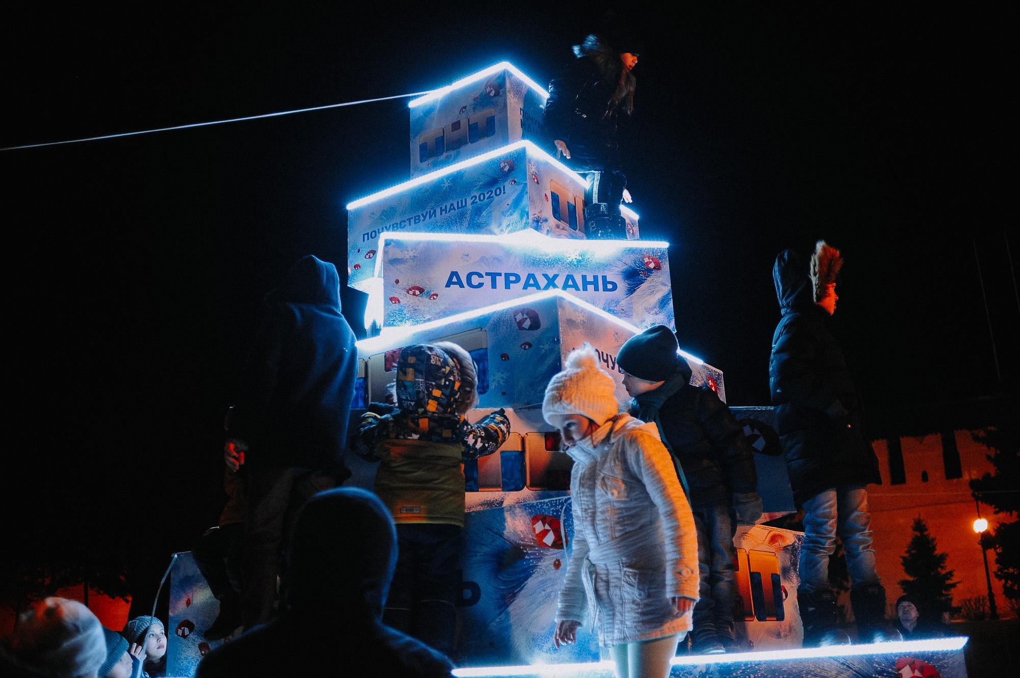 ZZZ 6852 В Астрахани на площади Ленина зажгли новогоднюю елку: кадры торжества