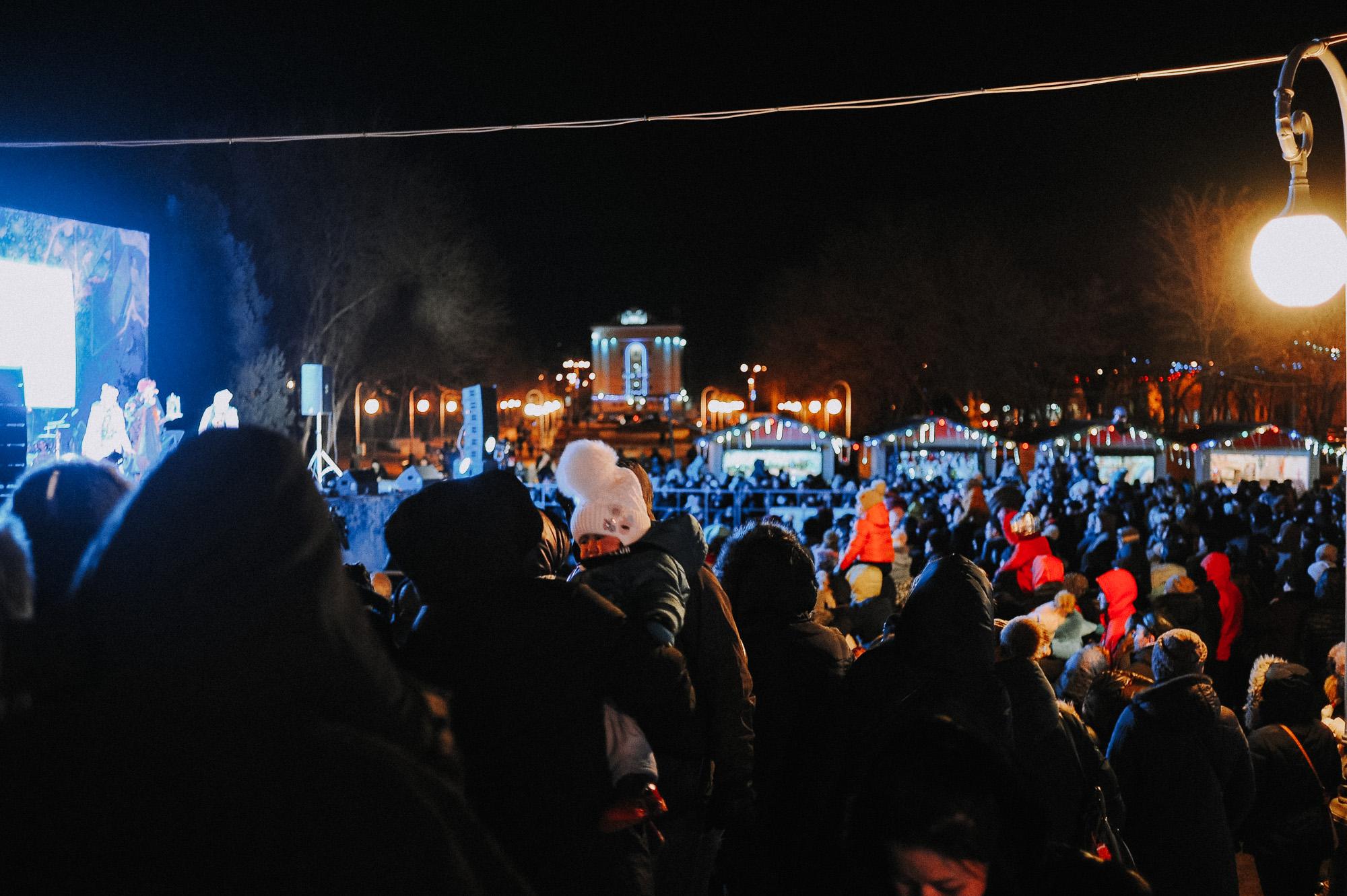 ZZZ 6867 В Астрахани на площади Ленина зажгли новогоднюю елку: кадры торжества