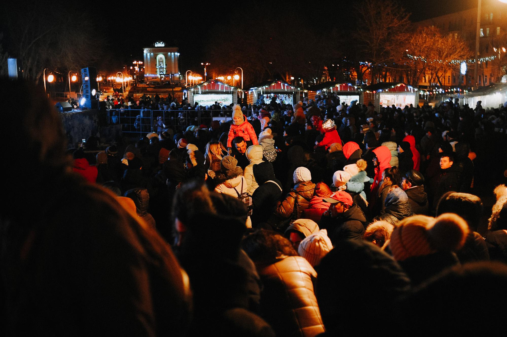 ZZZ 6872 В Астрахани на площади Ленина зажгли новогоднюю елку: кадры торжества