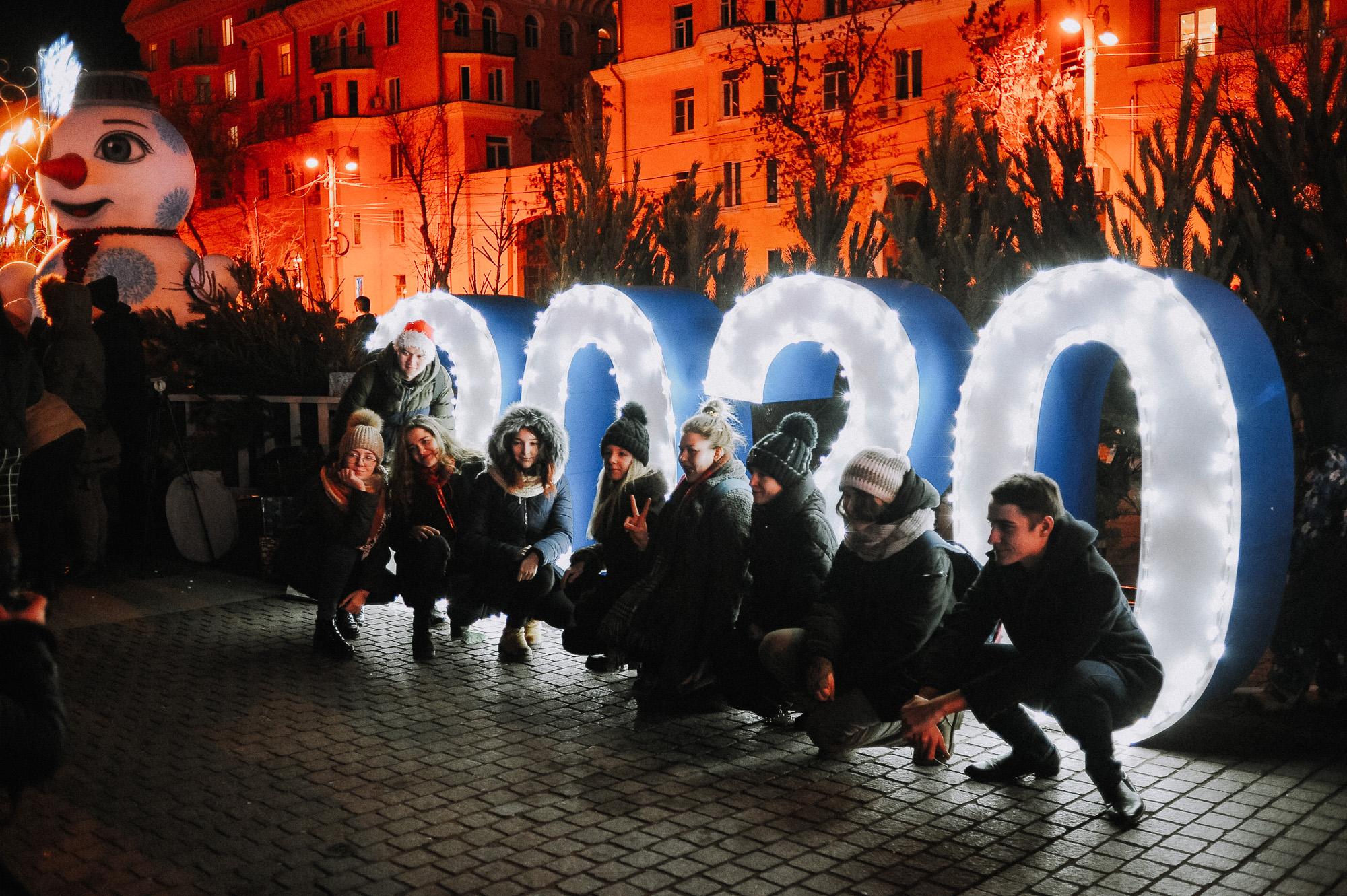 ZZZ 6930 В Астрахани на площади Ленина зажгли новогоднюю елку: кадры торжества
