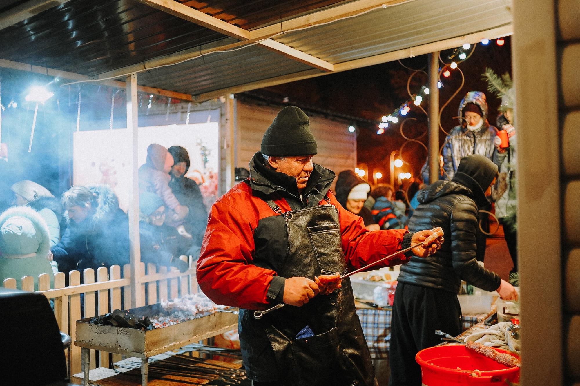 ZZZ 6934 В Астрахани на площади Ленина зажгли новогоднюю елку: кадры торжества