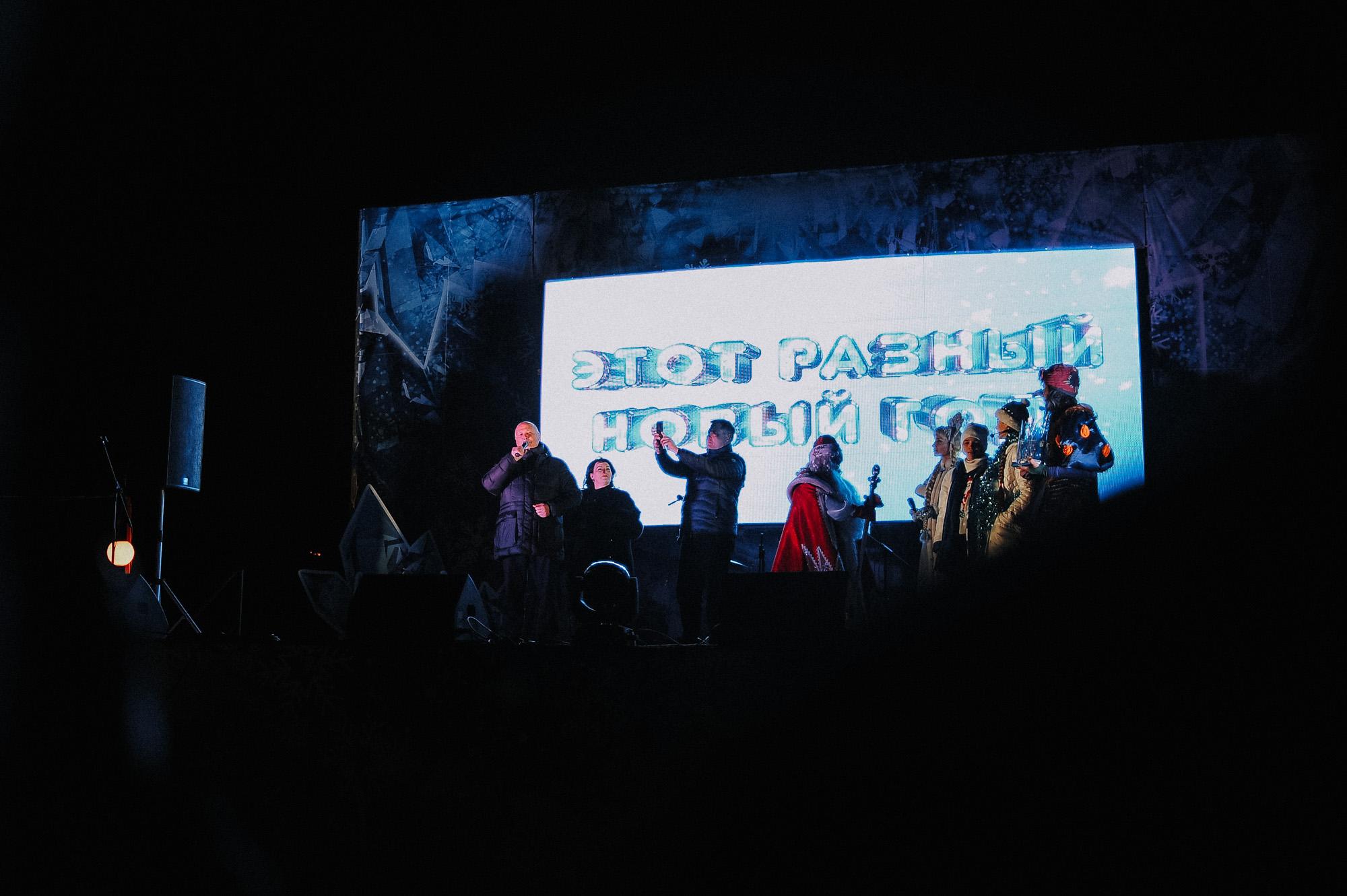 ZZZ 6969 В Астрахани на площади Ленина зажгли новогоднюю елку: кадры торжества