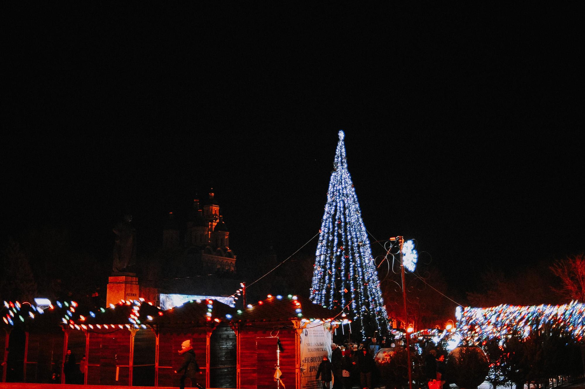 ZZZ 7004 В Астрахани на площади Ленина зажгли новогоднюю елку: кадры торжества