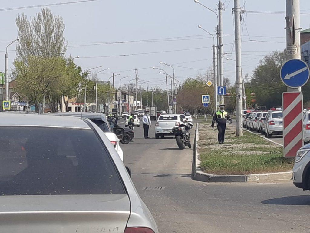 eh7K3J63y5k В Астрахани полицейские проверяют водителей на наличие пропусков