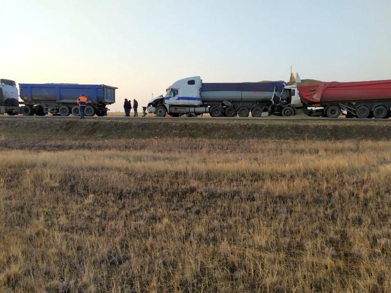 2 Под Астраханью в столкновении большегрузов погиб дальнобойщик