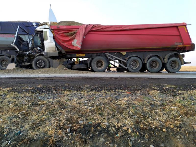 4 Под Астраханью в столкновении большегрузов погиб дальнобойщик