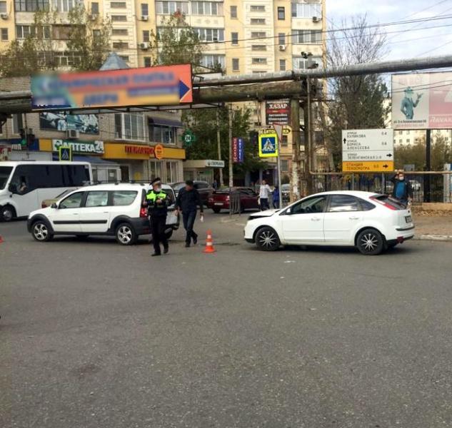 1 Пьяный астраханец не смог уехать на угнанной машине, столкнувшись с другим автомобилем