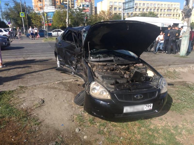 лада 2 В Астрахани в столкновении двух автомобилей один погибший и трое пострадавших