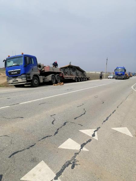 2 Под Астраханью грузовик с ценным грузом чуть не свалился в кювет