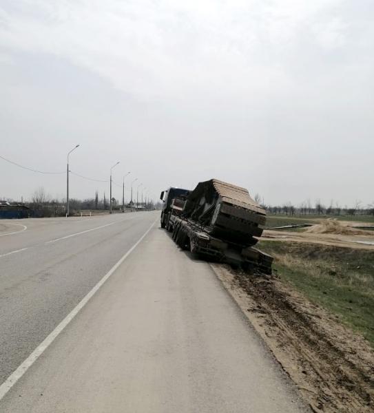 3 Под Астраханью грузовик с ценным грузом чуть не свалился в кювет