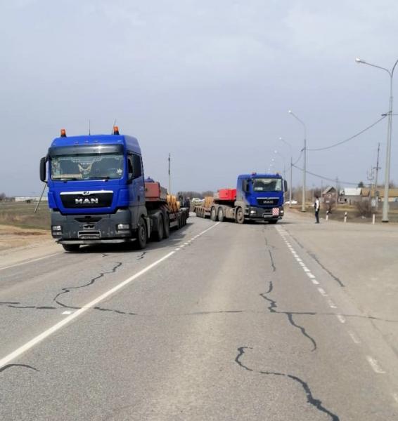 4 Под Астраханью грузовик с ценным грузом чуть не свалился в кювет