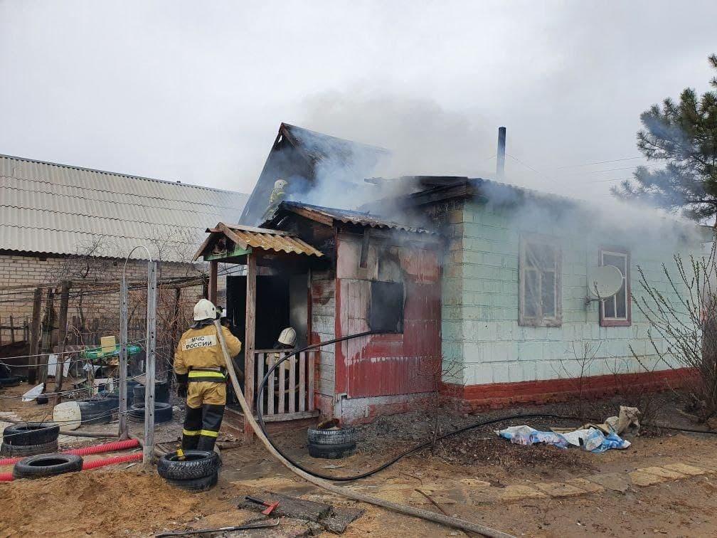 1 В Астраханской области сгорела хозпостройка и автомобиль