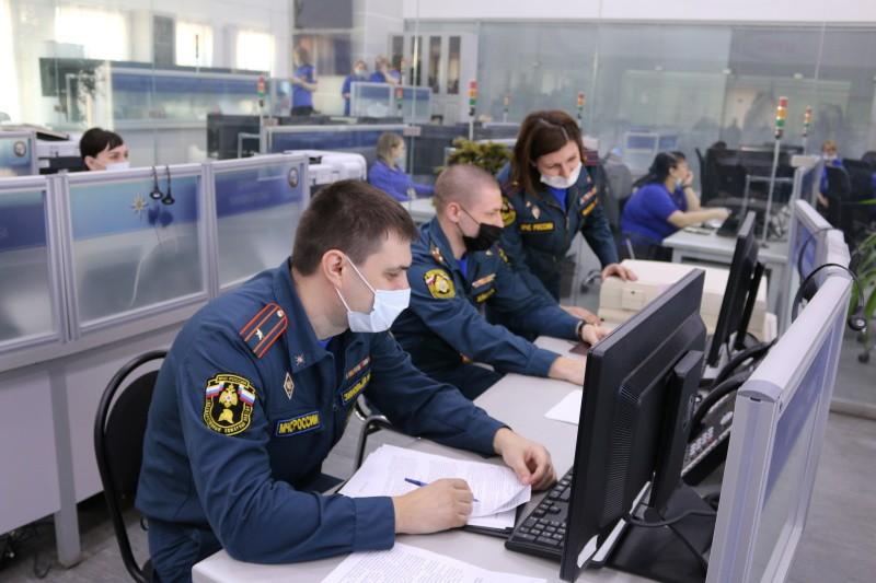 В Астрахани ландшафтные пожары добрались до жилого сектора