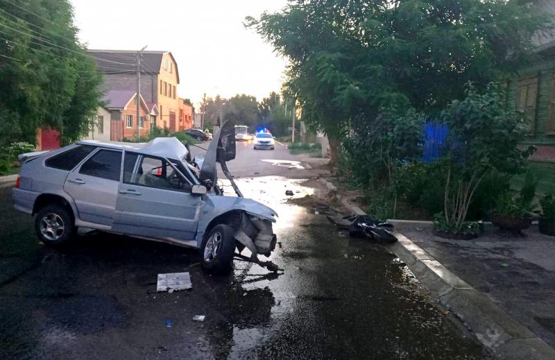 наезд на дерево 2 В Астрахани в столкновении с деревом погиб автомобилист