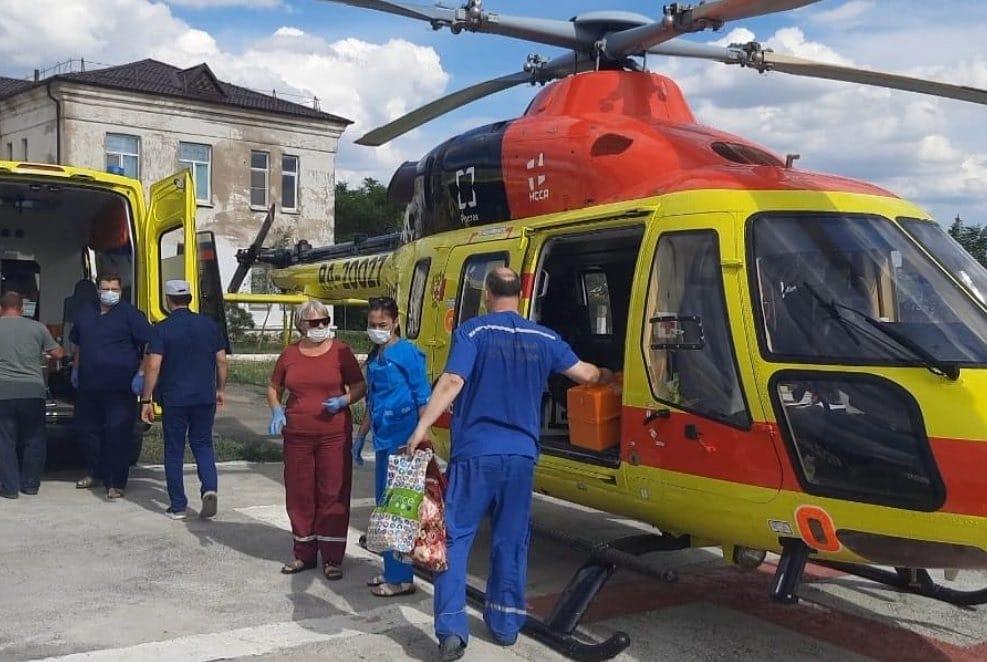 авиация В Астрахань с военного судна на Каспии эвакуировали женщину в коме