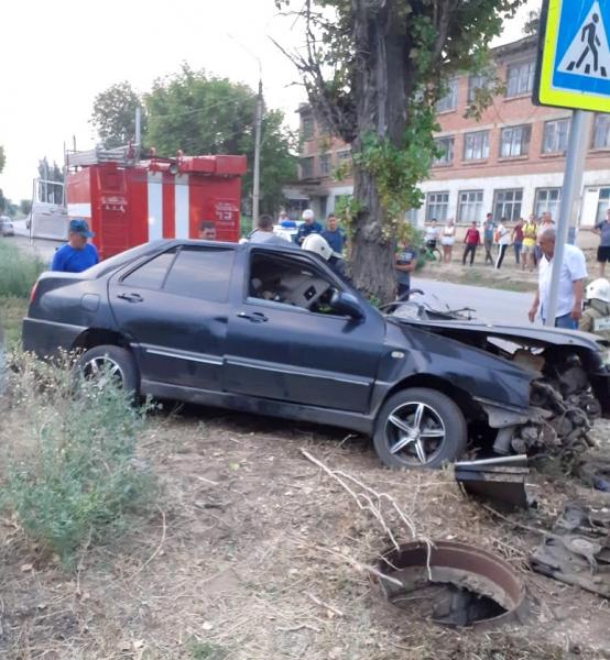 в г. Ахтубинске 4 Под Астраханью погиб водитель влетевшего в дерево автомобиля