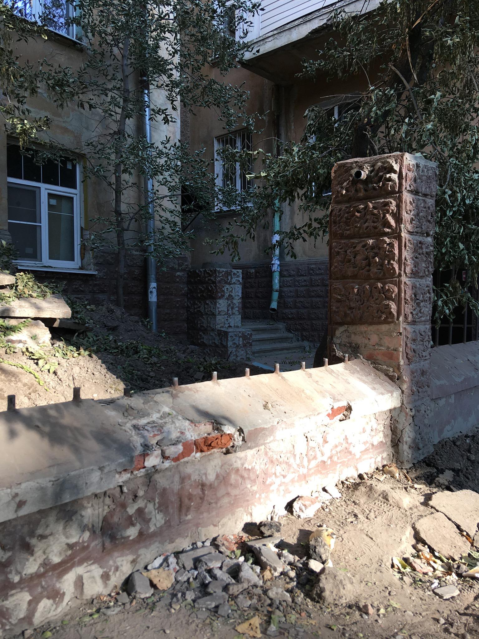 дом 2 Знаменитый «бутылочный» дом в Астрахани с подачи коммунальщиков лишился старинной решетки