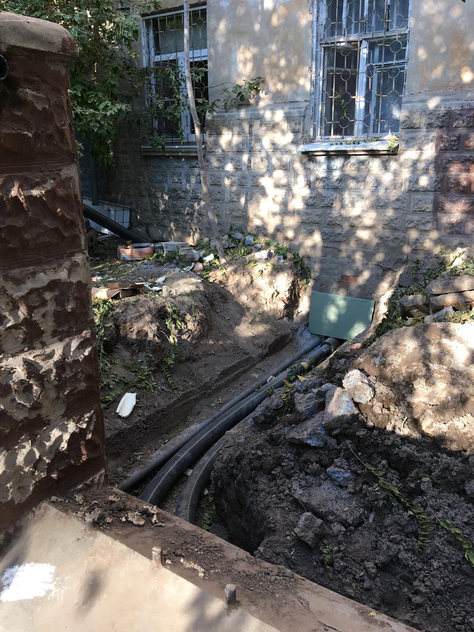 дом 3 Знаменитый «бутылочный» дом в Астрахани с подачи коммунальщиков лишился старинной решетки