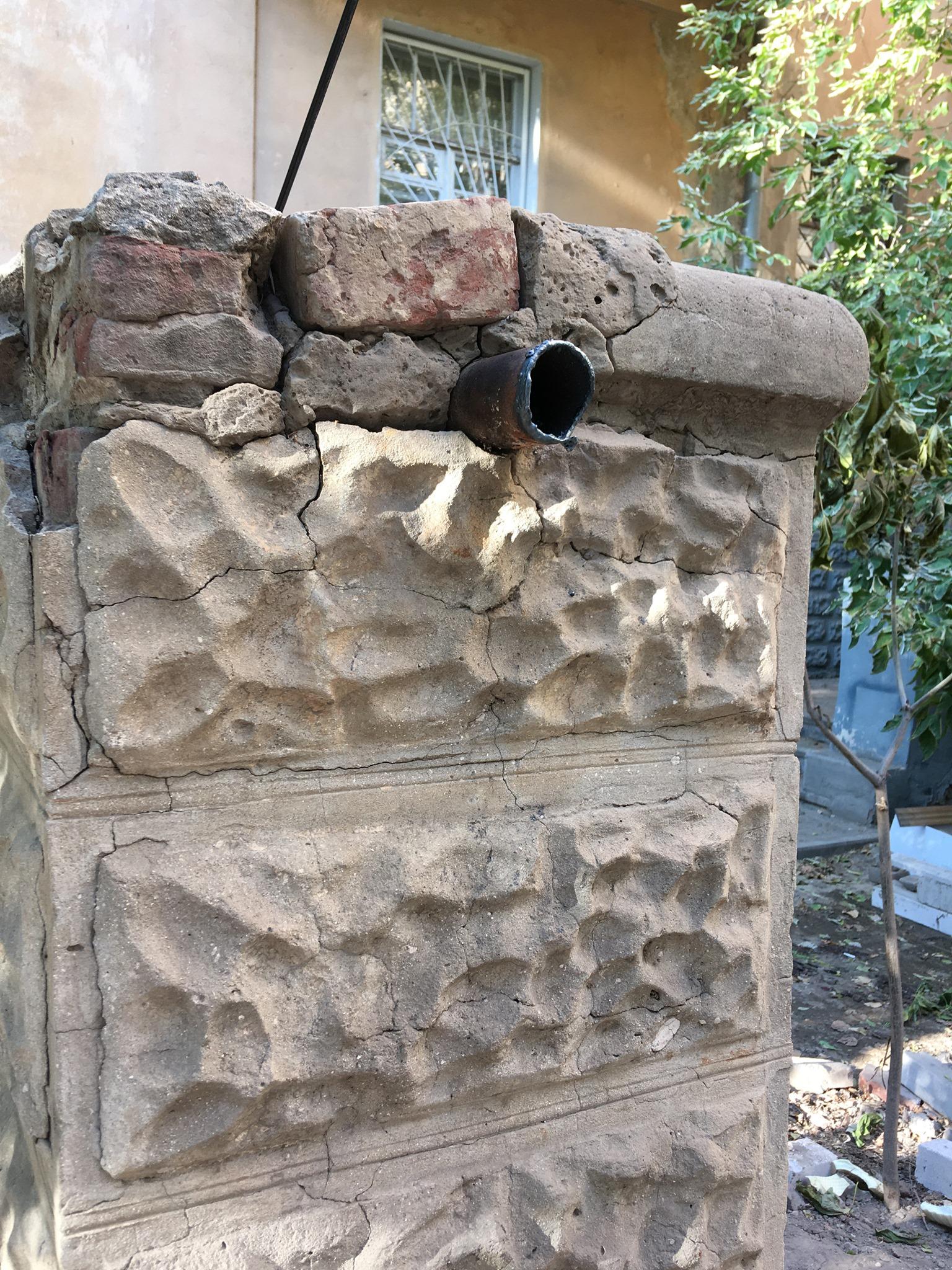 дом 4 Знаменитый «бутылочный» дом в Астрахани с подачи коммунальщиков лишился старинной решетки