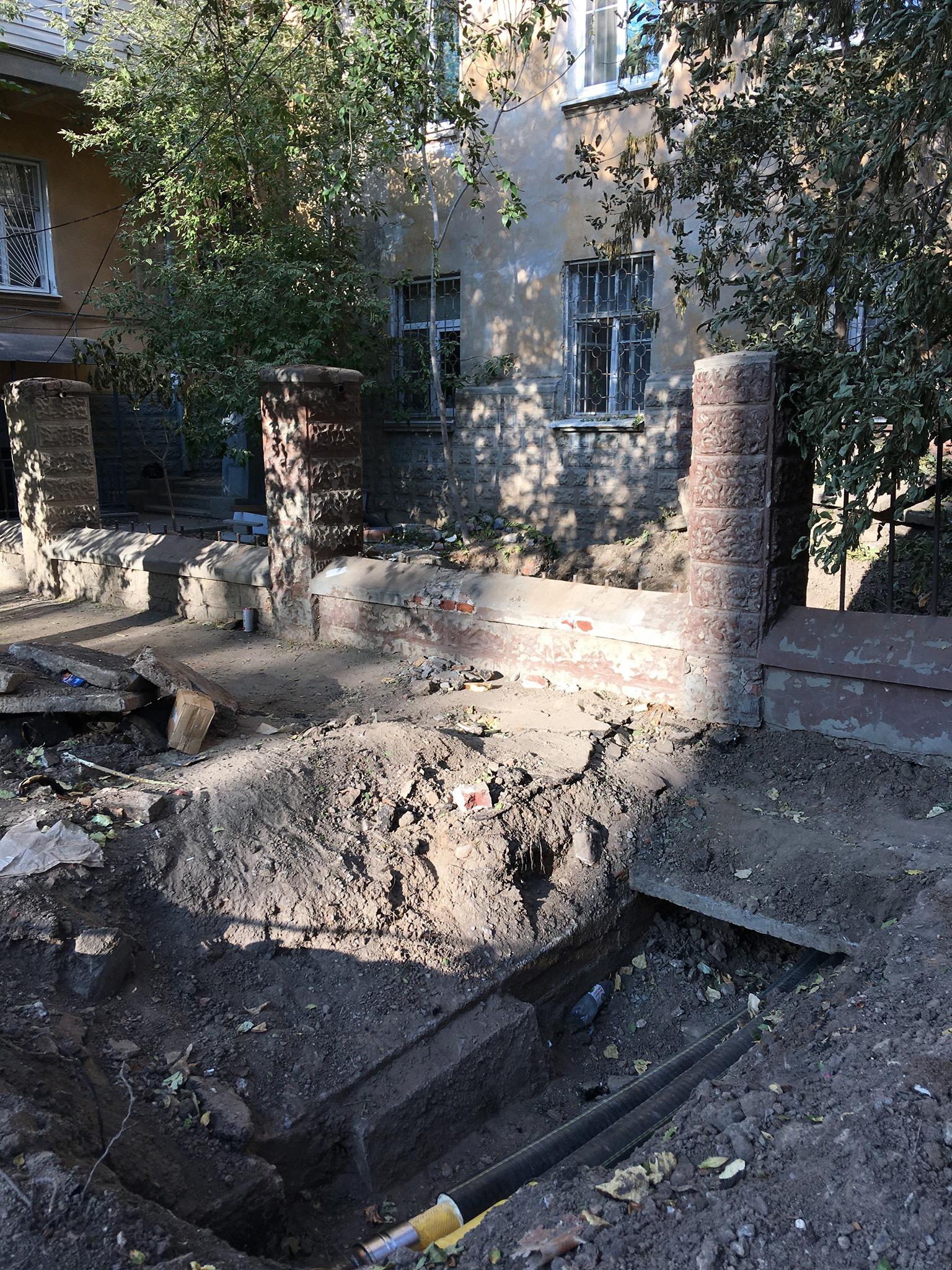 бутылочный дом в Астрахани лишился старинной решетки
