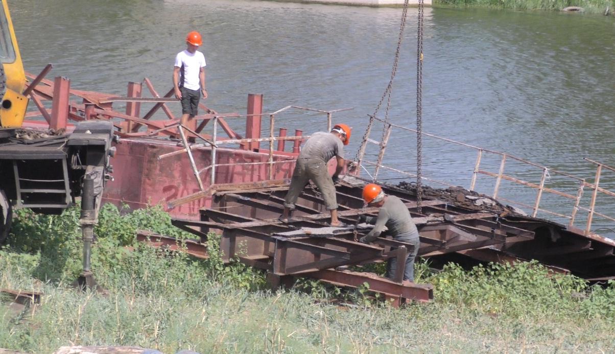 Мост через Серебряную Воложку в Астрахани. Работы по восстановлению начались.