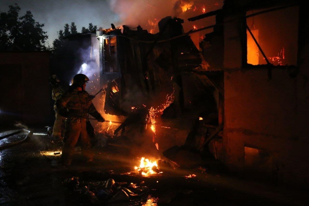 в Астрахани 2 В Астрахани сгорели кафе, гаражи и 2 автомобиля