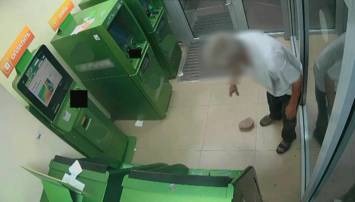 2703 Пьяный вандал из Астрахани закидал кирпичами банкоматы
